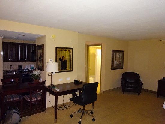 Hawthorn Suites by Wyndham Albuquerque: desk