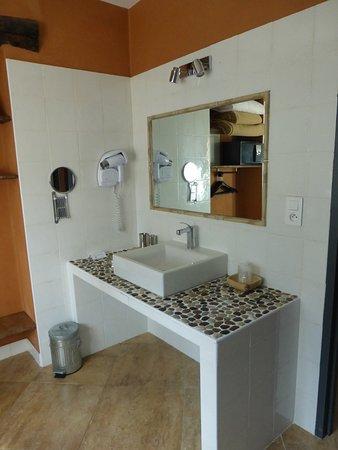 Très grande et jolie salle de bain - Bild von Hôtel Le Saint ...