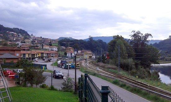 San Tirso de Candamo, España: Vista del Nalón, estación FEVE y San Román con valles de Candamo al fondo