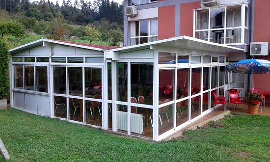 San Tirso de Candamo, España: Galería del salón de fiestas añadido sobre parte de los jardines