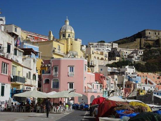 The Port of Corricella: Restaurants et ville