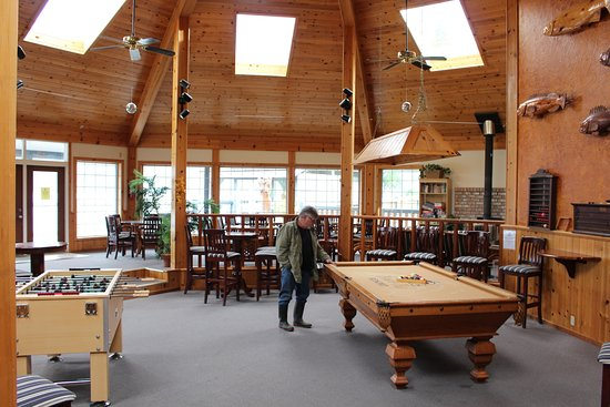 Brown's Bay Resort: The clubhouse for guest use is HUGE. The hot tub is just outside.