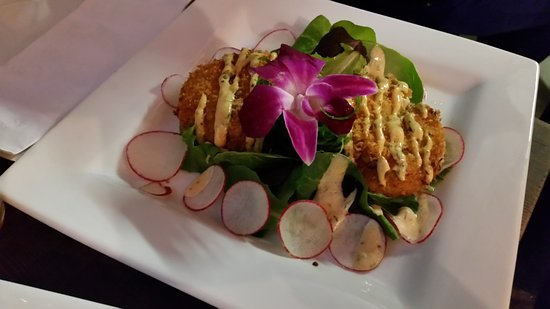 Snohomish, Вашингтон: Delicious crab cakes on a large white square plate