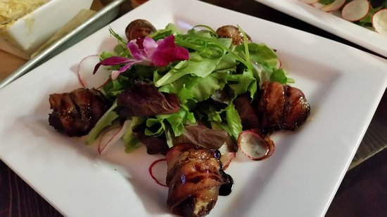 Snohomish, Вашингтон: Bacon Wrapped Dates on another large white square plate