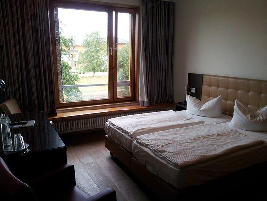 bett und sitzbank vor dem fenster picture of ostseehotel dierhagen dierhagen tripadvisor. Black Bedroom Furniture Sets. Home Design Ideas