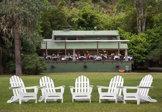 Morrisons Rogue River Lodge: Morrison's Lodge's back deck is bustling on a summer's day.