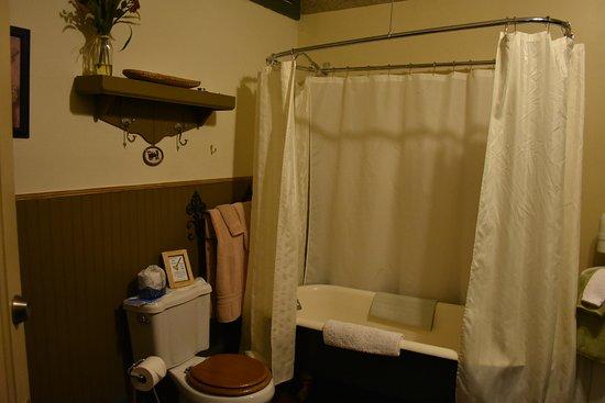 Búfalo, WY: The bathroom across the hall.