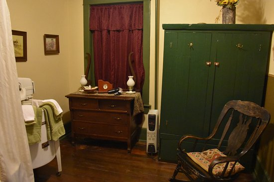 The Historic Occidental Hotel & Saloon and The Virginian Restaurant : More of the bathroom