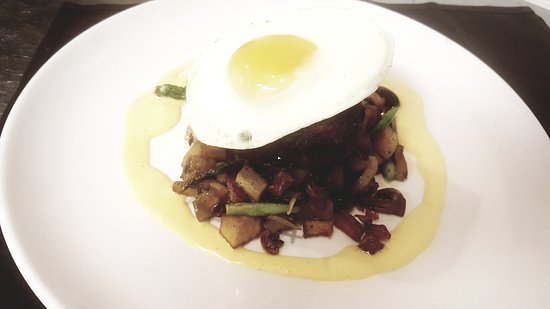 Smithfield, Род Айленд: Grilled Filet, Sunny Side Egg, Asparagus Potato Hash