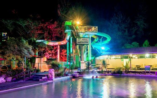 Taupo DeBretts Spa Resort: Night shot pools