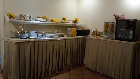 Hotel Ferrucci: Mesa do café da manhã