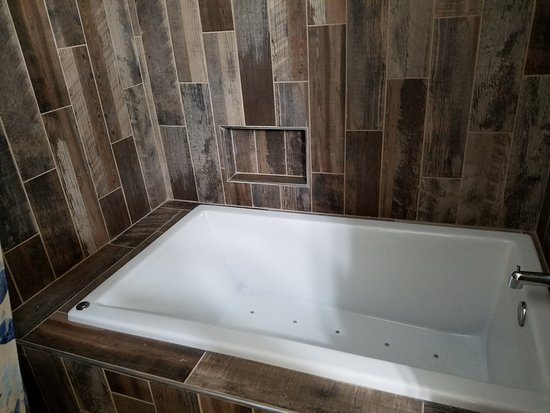 Eastport, มิชิแกน: Whirlpool tub in Cottage bathroom