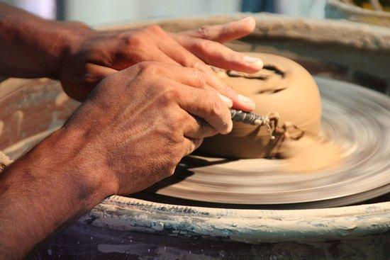 San Carlos, Argentina: trabajando una pieza de arcilla