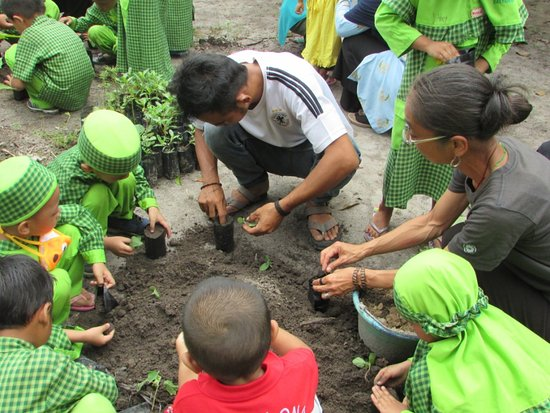 volunteer involve in conservation education program picture of