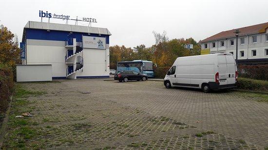 Genshagen, Alemania: parking à l'entrée (autre devant l'hotel aussi)