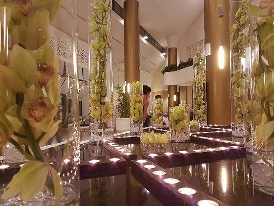 Le Meridien Al Khobar: Lobby Center Table