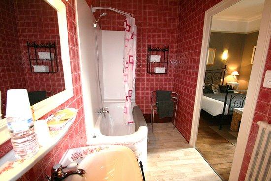 Pouzauges, Francia: Salle de bain avec baignoire