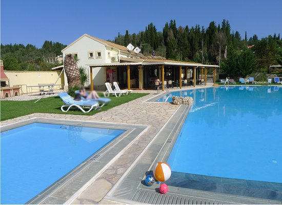 Ostria Apartments: Swimming pool and Bar