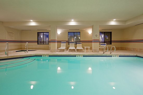 Holiday Inn Express Hotel & Suites Manchester Airport: Heated Indoor Swimming Pool and Jacuzzi