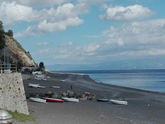 Ali Terme, Italia: пляжи Али Терме в октябре.