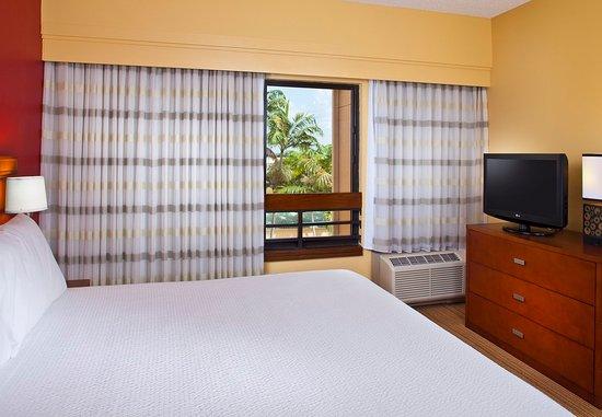 Miami Lakes, FL: King Suite - Sleeping Area