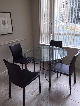 カーマナ プラザ, 窓側のテーブル もっと高い部屋だと眺望が良かったかも