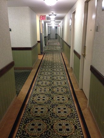 Holiday Inn Midtown / 57th St : This is the hallway on the 17th floor. The photo gives an indication of the style of the hotel