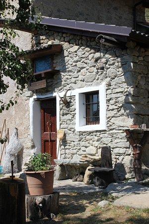 Condove, Italia: Restauro con materiali del luogo e arredo in stile rurale. Riscaldamento a legna e luminarie ad