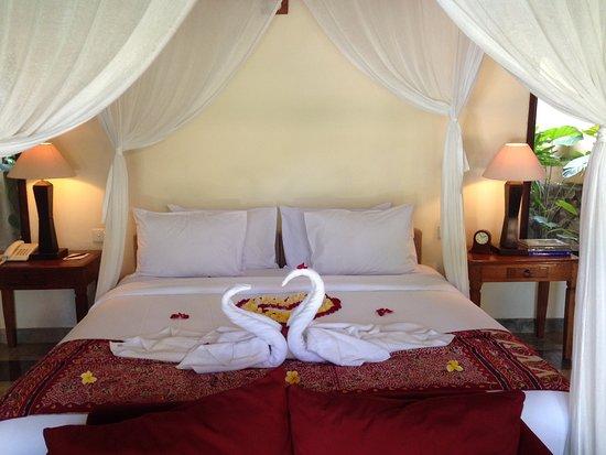 Komaneka at Monkey Forest: pool villa room bed, honeymoon