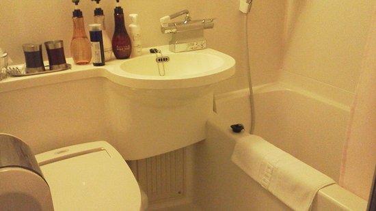 Dormy Inn Hiroshima : 部屋にあるユニットバス。大浴場は別にあります。