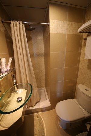 Silka West Kowloon Hotel: 浴室沒有浴屏。