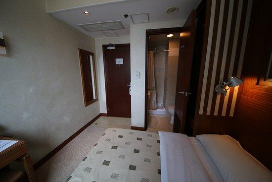 Silka West Kowloon Hotel: 房間有點殘舊。