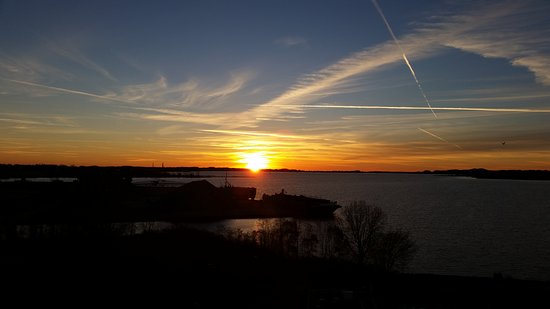 Shoreline Inn & Conference Center, an Ascend Hotel Collection Member: Sunset view from room 804