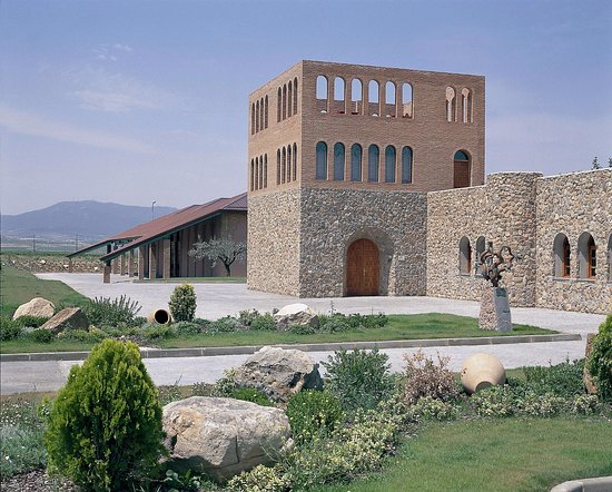 Cariñena, España: Fachada de la Bodega. Concretamente la puerta de la Sede Social y al fondo, la Nave de Crianza.
