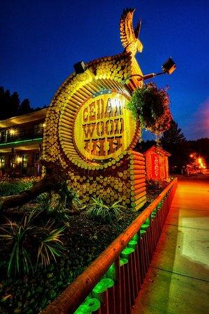 Cedar Wood Inn: Unique forntage silgn