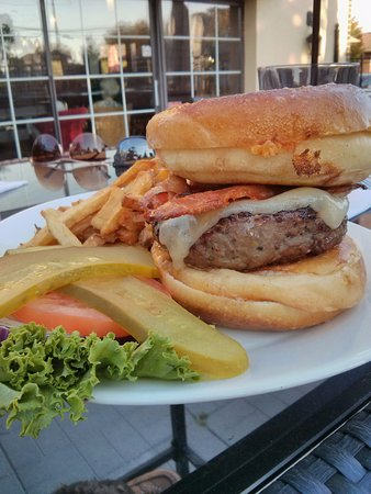 North Bay, Canadá: Grilled Cheese Burger on the patio