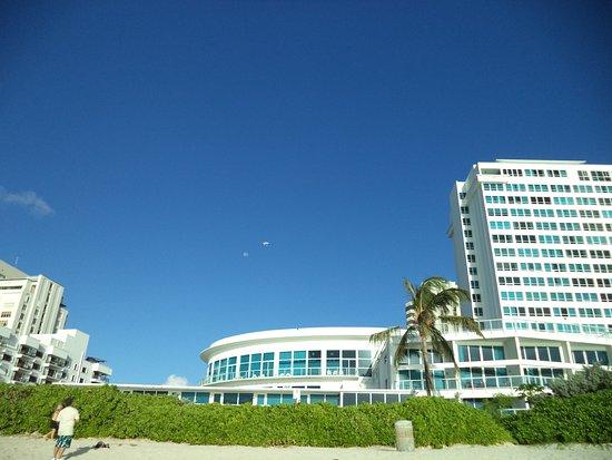 Costa Galana Miami: Vista de la playa desde el balcon del departamento