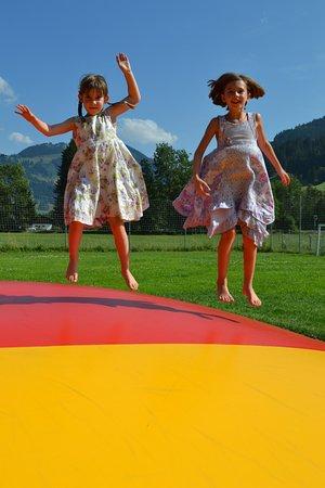 Saanen, Schweiz: Das Hüpfkissen macht Spass!