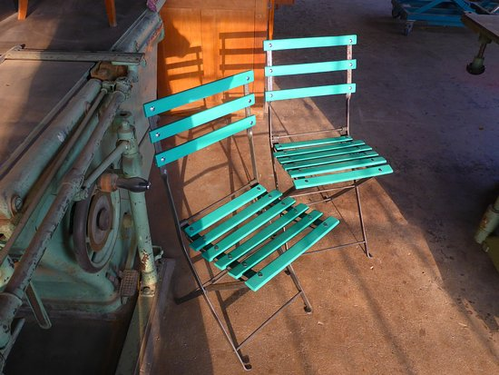Flurlingen, Švajcarska: original antique garden chairs, up-cycled at altrimenti