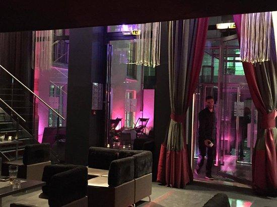 Ice Kube Bar: Un Cadre Lounge à La Déco Surprenante !