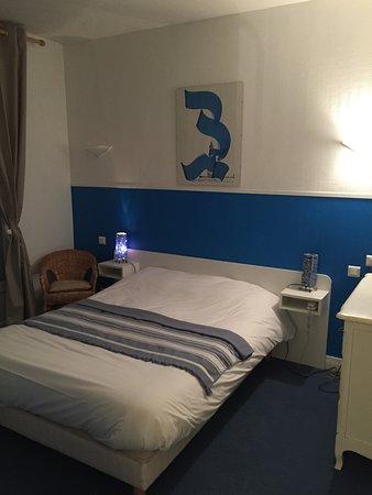 CHAMBRE DOUBLE AVEC SALLE DE BAIN ET TOILETTE - Photo de Hotel ...