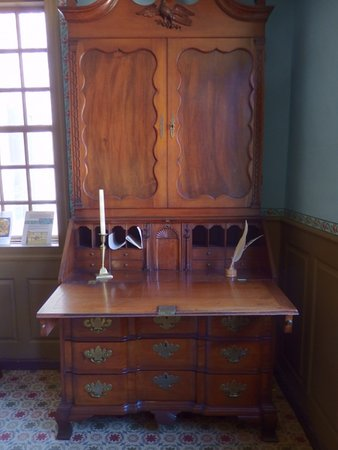 Weston, Μασαχουσέτη: Desk and bookcase belonging to the Jones family