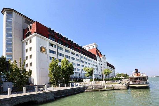 Hilton Vienna Danube Waterfront: Façade Danube view