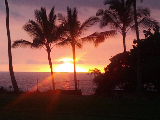 Wyndham Mauna Loa Village: Sunset view at golf course near resort