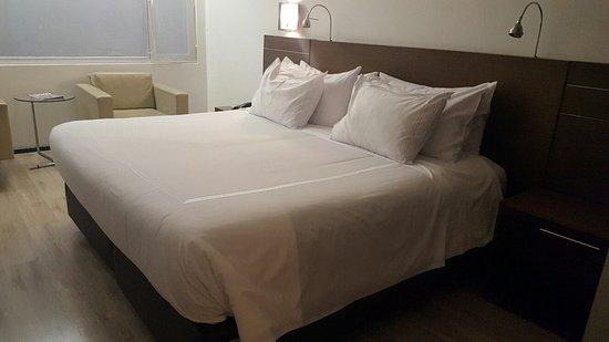 NH Collection Royal Medellin: 3 almohadas de distintas densidades,hermosa cama