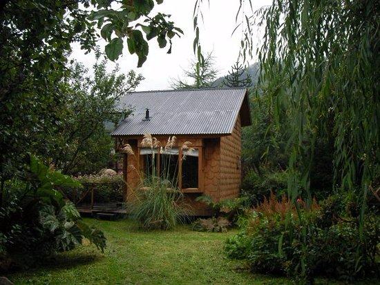 Aonikenk-Puyuhuapi Ecoturismo: Tonina ,cabaña para 5 personas.Sala estar pequeña.hab.matrimonial,baño y 3 camas segunda planta.
