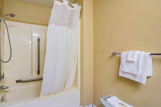 Saint Cloud, MN: Bathroom