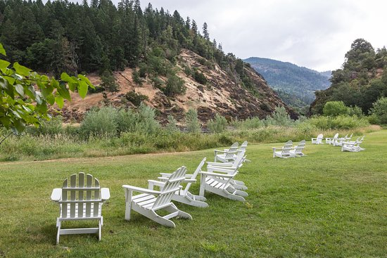 Morrisons Rogue River Lodge: Chairs adorn the lawn along the Rogue River at Morrison's Lodge.