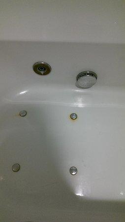 Atlanta Hotel: Stains in bath