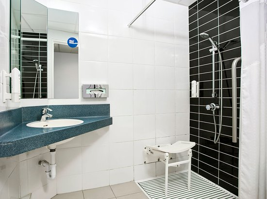 Holiday Inn Express Belfast City Queens Quarter: Accessible bathroom
